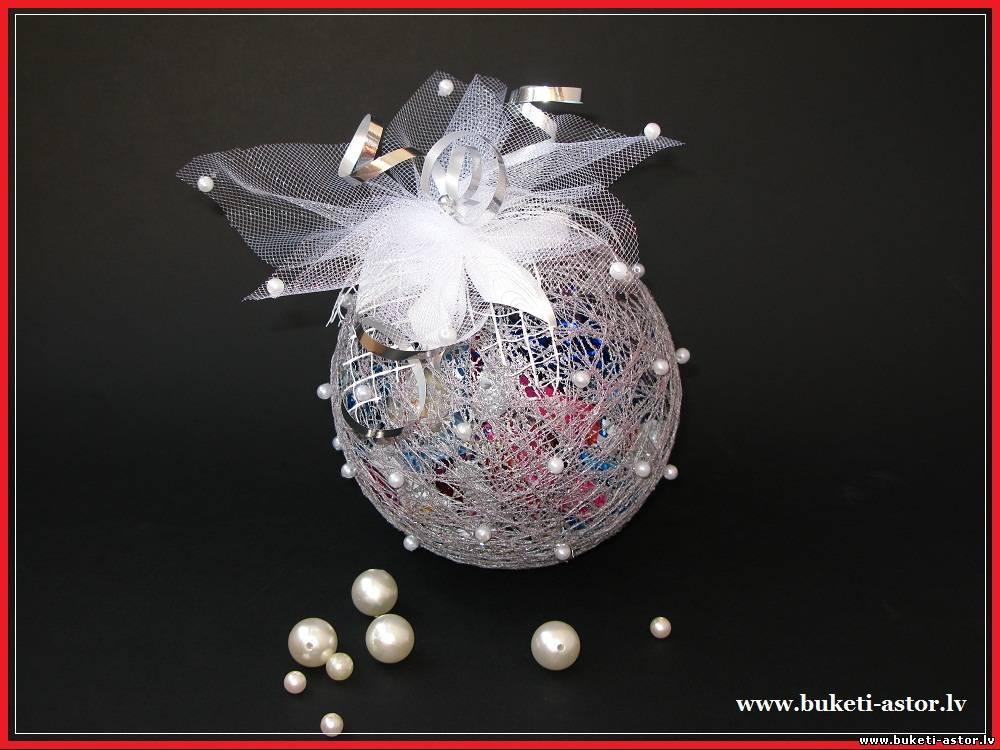 Шарик из конфет к новому году